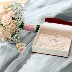 сватба, булченски букет, сватбен букет, букет от рози, перли