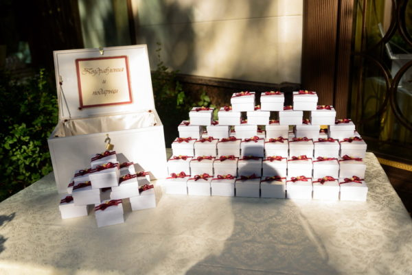 сватба, сватбена, декорация, бордо, червено, монтесито, подаръци гости