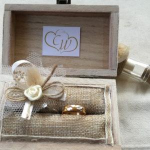 сватбени халки, дървена кутия за халки, поставка за халки, инициали и дата