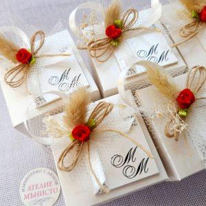 кутии за куфети с декорация, кутия с инициали, сватба в червено